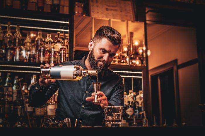Mies tekee drinkkiä helsinkiläisessä baarissa