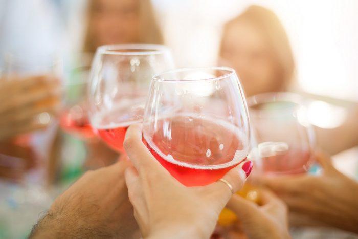 Ystävykset juovat suosituimpia drinkkejä baarissa