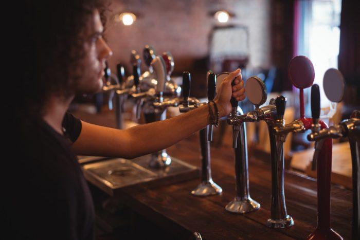 Ympäristö ja drinkit baarissa luovat tunnelman
